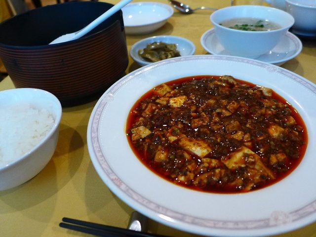 画像1: 本日のランチは東京都千代田区にある中華料理のお店「赤坂四川飯店」に行きました。こちらのお店は言わずと知れた、私の尊敬する料理の鉄人の陳建一氏がオーナーの、全国にある四川飯店の総本山です!麻婆豆腐が大好きな私が、ずっとずっ... emunoranchi.com