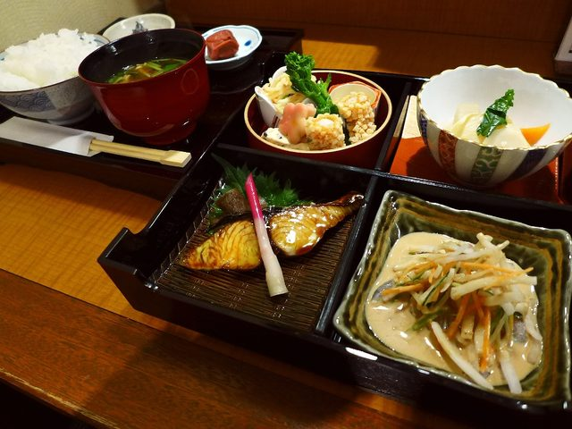 画像1: 本日のランチは北新地にある和食のお店「和み酒 仁」に行きました。お店のビルの前にずっと前からメニューが出ていて、とても気になっていたお店に初めて行ってきました!ランチタイムのメニューは弁当と2種類の丼が用意されています。... emunoranchi.com