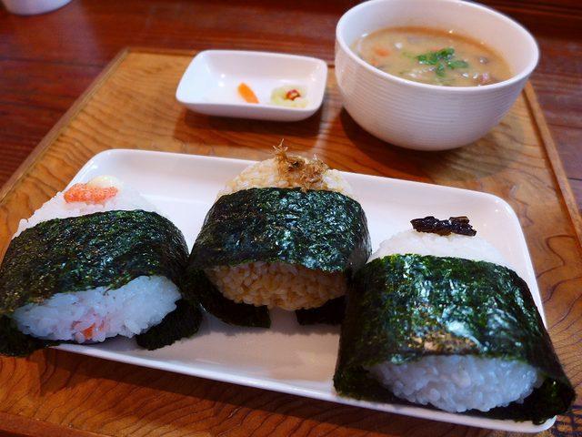 画像1: 本日のランチは池田市にあるお米とおにぎりのお店「ガッツ!うまい米 橋本 池田駅前店」に行きました。全国各地から取り寄せたこだわりのお米を販売しているお米屋さんで、おにぎりのテイクアウトと店内でも食べられる私の大好きなお店... emunoranchi.com