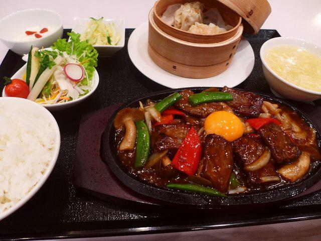 画像1: 本日のランチは心斎橋にある中華料理屋さん「大成閣」に行きました。SNSで本日から「神戸ビーフの中華焼肉定食」(1500円)が発売になることを知って、即座に食べに行ってきました!神戸ビーフというと、部位によっては100g6... emunoranchi.com
