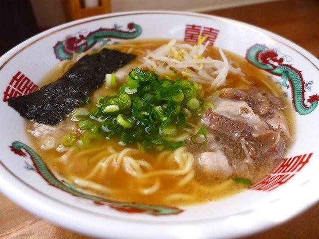 画像1: 本日のランチは兵庫県加東市にあるラーメン屋さん「紫川ラーメン」に行きました。播州地方のご当地ラーメンの「播州ラーメン」を食べに行ってきました!「ラーメン」(600円)素朴な雰囲気が漂うラーメンです!まずはスープをデッドに... emunoranchi.com