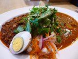 画像1: 本日のランチは北区天満にあるカレー専門店「梵平」に行きました。夜は居酒屋のお店の昼間だけを間借りしている、本格スパイスカレーが食べられるお店です。メニューは、定番のキーマカレーと日替わりのマサラカレーの合いがけの1種類の... emunoranchi.com