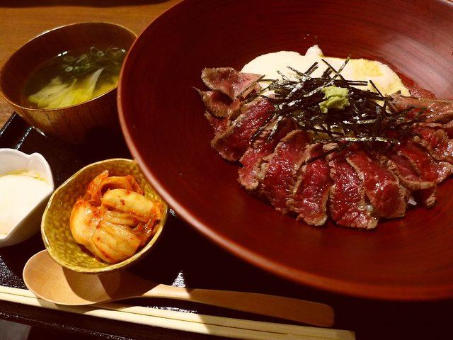 画像1: 本日のランチは北新地にあるお肉料理のお店「心呑」に行きました。先週オープンしたばかりのお店で、お昼はお値打ちの和牛肉を使ったランチセットがいただけます!「牛とろろ丼」(1000円)タレが絡んだご飯の上に和牛の... emunoranchi.com