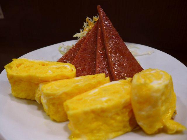 画像1: 本日のランチは福島区にある居酒屋「肝どん 福島店」に行きました。生ビール(アサヒスーパードライ)がオールタイム何杯飲んでも1杯100円という、とても素敵なシステムなお店に初めて行ってきました!料理は沖縄料理を中心に様々な... emunoranchi.com