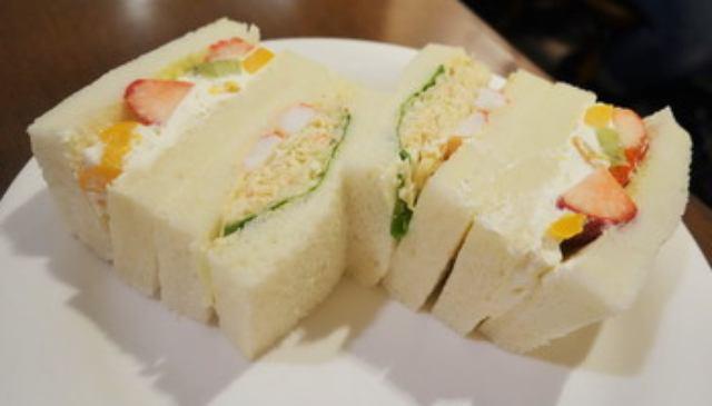 画像: タラバガニとフルーツのサンドイッチ@札幌の地下街行列人気店 珈琲とサンドイッチの店 さえら