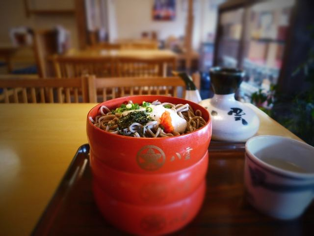 画像1: 本日のランチは島根県出雲市にあるお蕎麦屋さん「八雲 本店」に行きました。出雲大社のすぐ横にある老舗で、出雲地方の名物出雲そばが食べられるお店です。「三食割子」(1020円)お蕎麦が3段に盛られていて、それぞれに違った薬味... emunoranchi.com