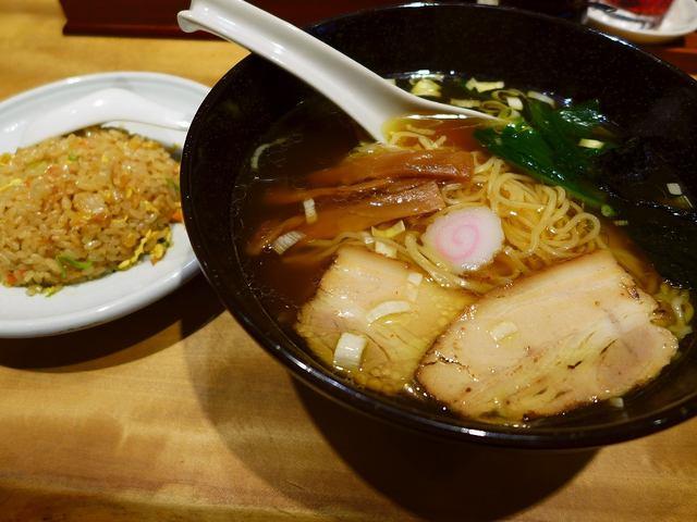 画像1: 本日のランチは梅田にあるラーメン屋さん「麺三昧 梅田店」に行きました。前回初めてこちらの中華そばをいただいたのですが、そのあまりの美味しさに感動して、またまた食べに行ってきました!「中華そば」(780円)、「半チャン」(... emunoranchi.com