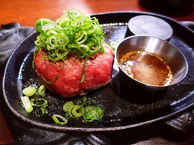 画像1: 本日のランチは難波千日前にある焼肉屋さん「焼肉 富士晃」に行きました。厳選された黒毛和牛と神戸ビーフの焼肉がとてもリーズナブルにいただけるお店です。ランチタイムの大人気の名物を食べに行ってきました!「富士晃名物!まるでユ... emunoranchi.com