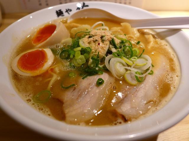画像1: 本日のランチは中央区南久宝寺町にあるラーメン屋さん「麺や佑」に行きました。3月3日にオープンしたばかりの、名店「麺や拓」で修業をされた方が独立をされたお店です!メニューは、ラーメンとつけ麺に、数種類の丼や一品料理が用意さ... emunoranchi.com