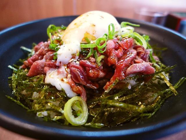 画像1: 本日のランチは日本橋にある丼の専門店「肉丼専門 富士晃 別亭」に行きました。裏なんばにある大人気の焼肉店「焼肉 富士晃」プロデュースの肉丼専門店がグランドオープンしたので、早速行ってきました!メニューは、牛肉、豚肉、鶏肉... emunoranchi.com