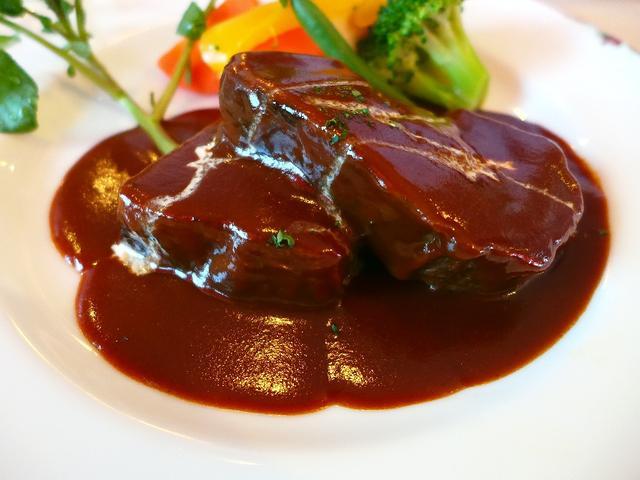 画像1: 本日のランチは神戸元町にある洋食屋さん「伊藤グリル」に行きました。大正12年創業の神戸を代表するといっても過言ではないの老舗の洋食屋さんです。こちらのお店の名物ビーフシチューがずっと食べたく、やっと行くことが出来ました!... emunoranchi.com