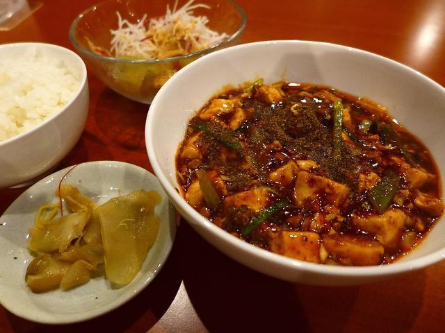 画像1: 本日のランチは北新地にある中華料理のお店「中菜Labo.朝陽」に行きました。麻婆豆腐が美味しいと評判の四川料理のお店に初めて行ってきました!「最強麻婆豆腐セット」(1000円)麻婆豆腐にサラダ、ザーサイ、お替り自由のご飯... emunoranchi.com