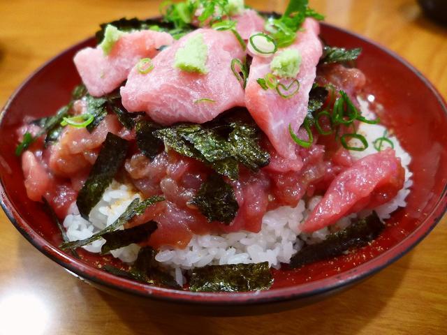 画像1: 本日のランチは福島区にあるまぐろ料理の専門店「海辺の茶屋 しづき」に行きました。大阪中央卸売市場で仕入れた上質で新鮮なマグロが、びっくりするほどリーズナブルにいただける大人気のお店です。今日は食べ歩き仲間のKさんと一緒に... emunoranchi.com