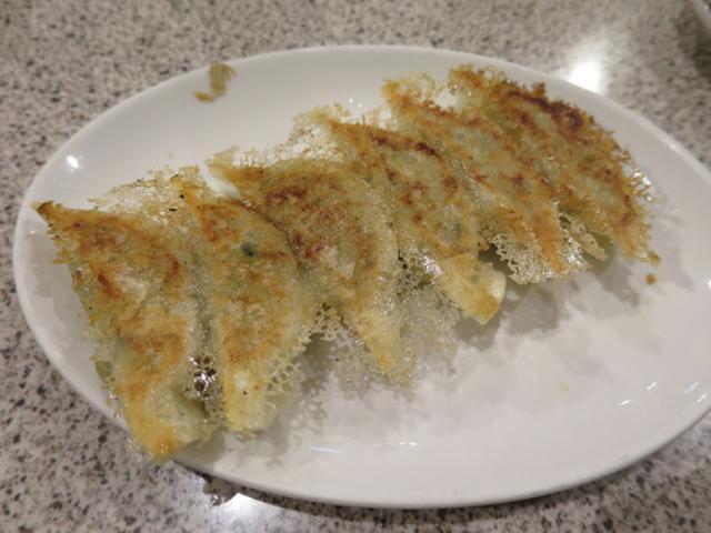 画像: 【大阪】芸人さん御用達「まるい飯店」のカリッと焼き餃子