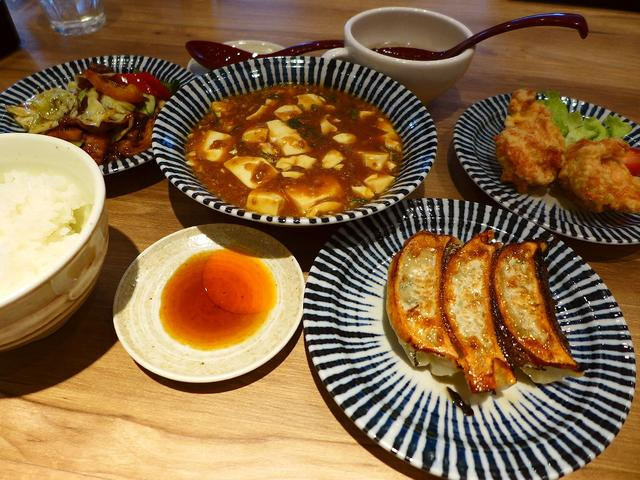 画像1: 本日のランチは京都の烏丸御池にある中華料理のお店「GYOZA OHSHO 烏丸御池店」に行きました。「餃子の王将」といえば、大衆中華というイメージがありますが、こちらのお店は新コンセプトのお店ということで、とてもお洒落な... emunoranchi.com