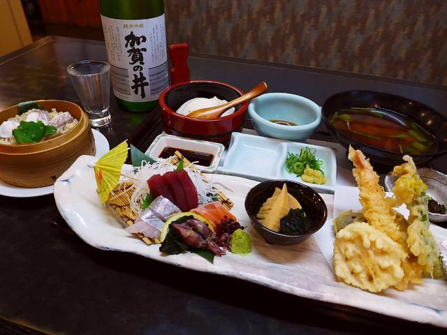 画像1: 本日のランチは京橋にある居酒屋「魚の上よし 京橋店」に行きました。約120本の地酒が3000円飲み放題で有名な居酒屋で、土日祝限定ランチにその地酒1杯付きのセットが登場しました!「上よし膳」(1680円)旬のお造り4種盛... emunoranchi.com