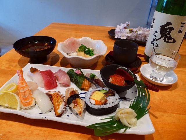 画像1: 本日のランチは西区京町堀にあるお寿司屋さん「すし左衛門」に行きました。有名ホテル出身の寿司職人による本格寿司が、一皿300円均一で食べられるというコンセプトのお店です。月~金の平日のランチと土日祝のランチとは違った内容に... emunoranchi.com