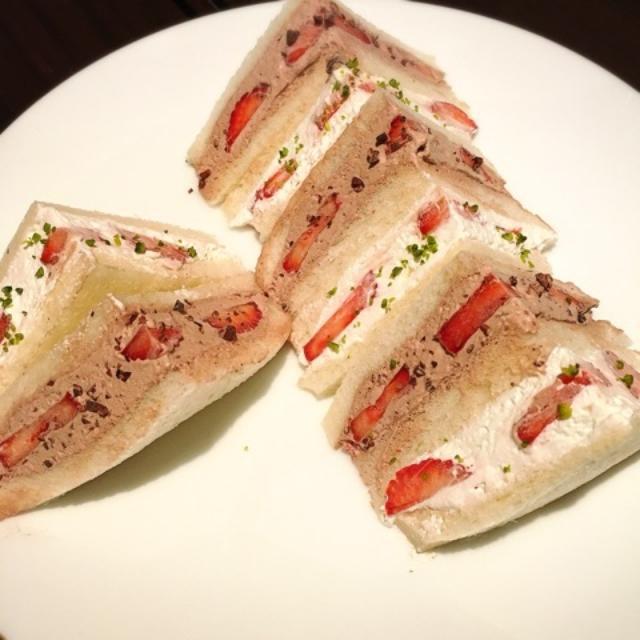 画像: 苺のサンドウィッチ