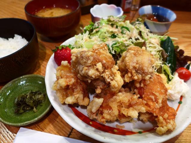 画像1: 本日のランチは福島区にある居酒屋「うえ河」に行きました。通常では絶対に通らないような細い路地裏でひっそりと営業している居酒屋さんのランチが素晴らしくお値打ちという事で、グルメのGさんに連れて行っていただきました。9種類用... emunoranchi.com