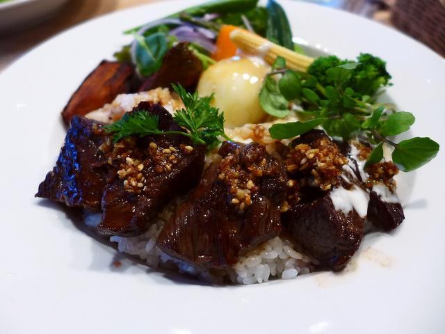 画像1: 本日のランチは中央区瓦町にあるお肉とフレンチおでんのお店「COCO Bar Kitahama」に行きました。広島県中山牧場の国産オメガビーフのカタマリ肉の量り売りとフレンチおでんがいただけるお店がオープンしたので、早速行... emunoranchi.com