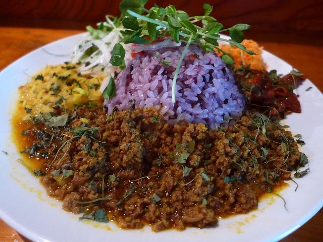 画像1: 本日のランチは天王寺区四天王寺にあるカフェ「虹の仏」に行きました。お店のジャンルとしては恐らくカフェだとは思うのですが、スパイス系のカレーがめちゃくちゃ美味しいことで有名なお店です。ランチタイムは、古代米日替わり定食、古... emunoranchi.com
