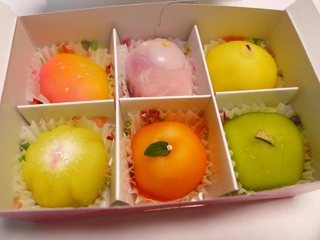 画像1: 吹田市にある和菓子屋さん「松竹堂」に行って、大好きな「フルーツ餅」(6個1500円税別)を久しぶりに購入しました!大福餅の中に様々なフルーツが入って、見た目にもとても可愛らしくて、さらに食べると感動的に美味しくて、とにか... emunoranchi.com