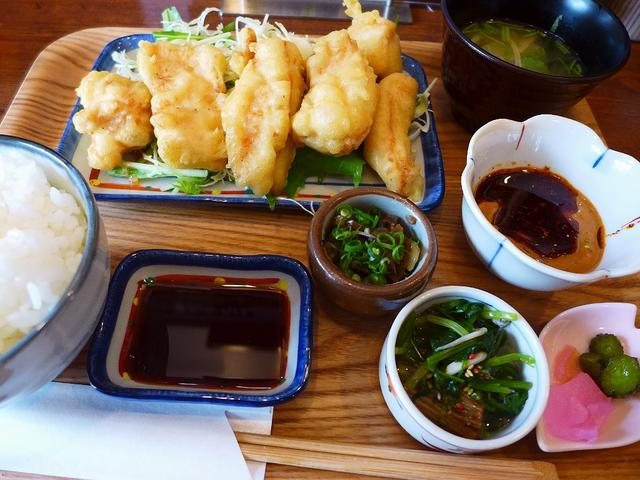 画像1: 本日のランチは福島区にある鳥料理のお店「スミコウテツ(炭香T2)」に行きました。私の大好きな焼鳥屋さんで、とてもお得なランチ営業が始まったと聞いて、早速行ってきました!「鶏天おかわりできます!」という、今までに聞いたこと... emunoranchi.com