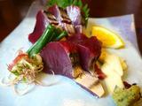 画像1: 本日のランチは高知県にある高知の郷土料理のお店「土佐料理 司 高知本店」に行きました。今日は高知に日帰りで行ったのですがゆっくりしている時間がなく、それでもやっぱり美味しい鰹が食べたかったので、知らない人がいないくらい有... emunoranchi.com