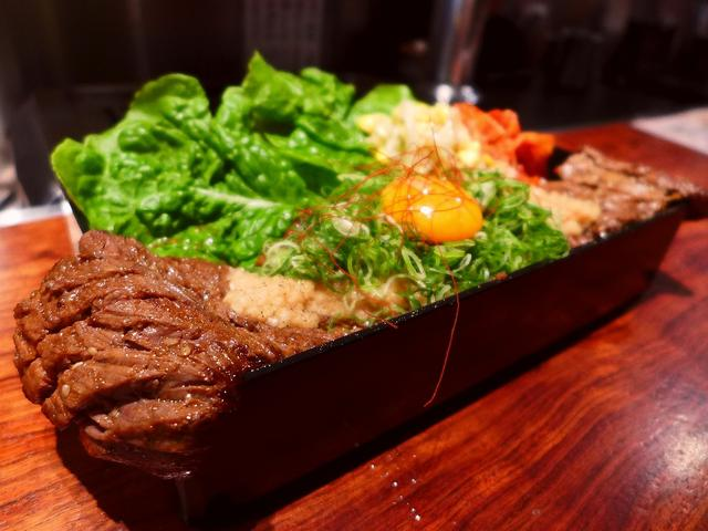 画像1: 本日のランチは難波千日前にある焼肉屋さん「焼肉 富士晃」に行きました。厳選された黒毛和牛と神戸ビーフの焼肉がとてもリーズナブルにいただける私の大好きなお店です!ランチタイムに提供される、自分でお好みの加減に焼いて食べるハ... emunoranchi.com