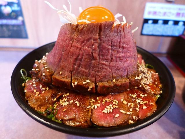 画像1: 本日のランチは日本橋にある丼の専門店「肉丼専門 富士晃 別亭」に行きました。昨日絶品の「はみ出るはらみステーキ重」をいただいた「焼肉 富士晃」プロデュースの肉丼専門店で、こちらにもどうしても挑戦してみたい丼があり、今日も... emunoranchi.com