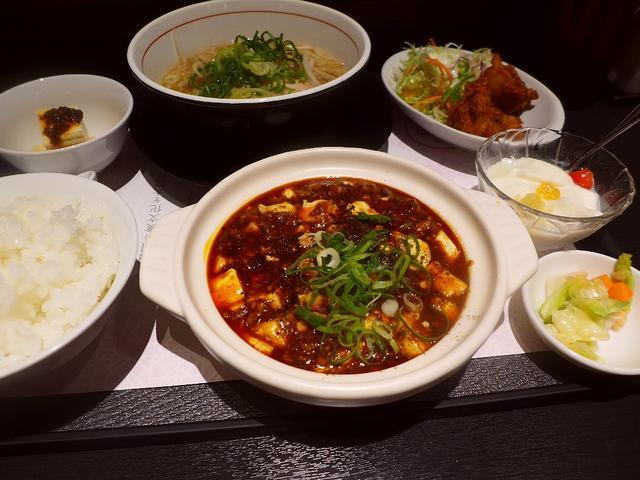 画像1: 本日のランチは長堀橋にある中華料理のお店「四川料理 芙蓉苑」に行きました。前回初めて行って、本格的な味わいと、ランチメニューのお得すぎる内容と素晴らしいホスピタリティで感動させていただいたお店です。今日はよだれ鶏の定食を... emunoranchi.com