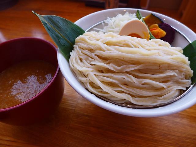画像1: 本日のランチは東心斎橋にあるつけ麺専門店「帰ってきた宮田麺児」に行きました。つけ麺王子のシャンプーハットてつじさんプロデュースのお店が今年2月に復活オープンして、やっと行ってきました!つけ麺のメニューは、つけ汁は1種類の... emunoranchi.com