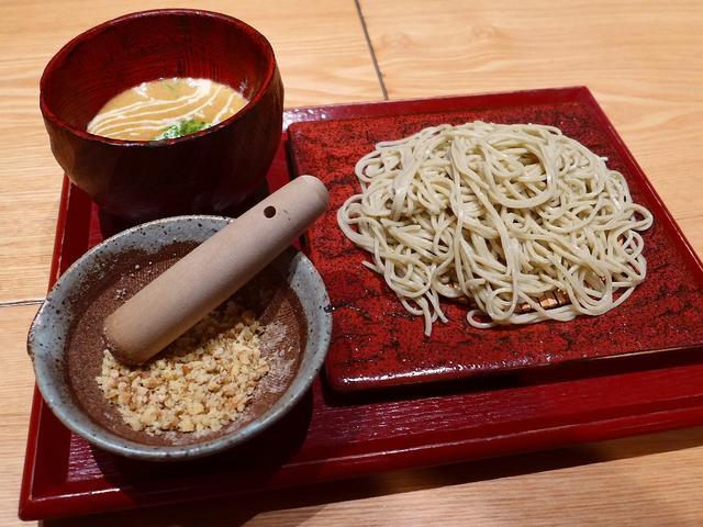 画像1: 本日のランチは豊中市にある蕎麦と鳥料理のお店「鼓道」に行きました。この夏の新作のお蕎麦が登場したと聞いて、早速食べに行ってきました!「納豆とくるみのつけそば(冷)」(1080円)納豆入りのつけ汁と別添えでくるみが付いてき... emunoranchi.com