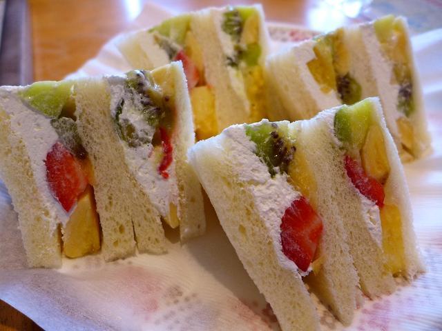 画像1: 本日のランチは京都府向日市にあるお惣菜とフルーツのお店「キッチンタロー」に行きました。いつもお世話になっているHさんとSさんに「Mさん、フルーツサンドがめちゃくちゃ美味しいお店があるので一緒に行きませんか?」とお誘いをい... emunoranchi.com