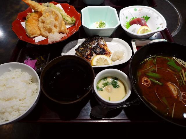 画像1: 本日のランチは京橋にある居酒屋「魚の上よし 京橋店」に行きました。新鮮な魚介類を中心とした料理がとてもリーズナブルにいただけて、さらに約120本の地酒が3000円飲み放題で有名な居酒屋です。前回、好きな日本酒付きの「土日... emunoranchi.com