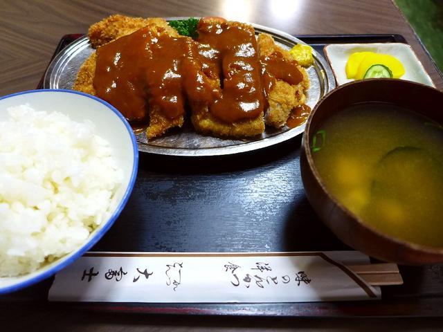 画像1: 本日のランチは十三にある洋食屋さん「大富士」に行きました。とんかつが美味しいことで有名な十三の老舗で、10年以上ぶりに行ってきました!「とんかつ(A)定食」(1250円)通常のとんかつ定食(900円)との違いは、とんかつ... emunoranchi.com