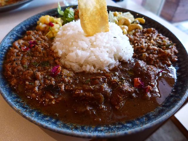 画像1: 本日のランチは中央区常盤町にあるカレー専門バー「currybar nidomi(カレーバー ニドミ)」に行きました。もはや説明不要のスパイスカレーの大人気店の店主のaroaちゃんが、諸般の事情でお店を休まれていましたが、... emunoranchi.com