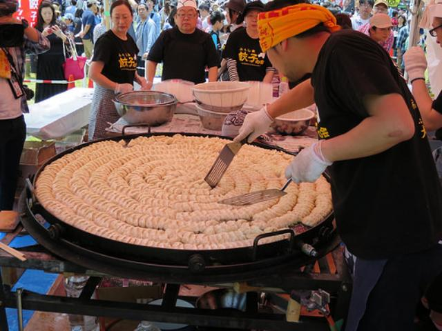 画像: ご当地餃子の祭典「全国餃子祭り in うつのみや」レポート(4):巨大な餃子鍋で焼く「福島円盤餃子」