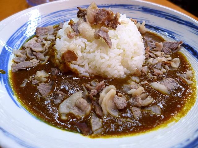 画像1: 本日のランチは城東区にある焼肉屋さん「権八」に行きました。いつもお世話になっているMさんに、「野江の焼肉屋さんのお昼のワンコインカレーがヤバいくらい美味しいですよ!」とお薦めいただいて行ってきました!「焼肉屋さんのカレー... emunoranchi.com