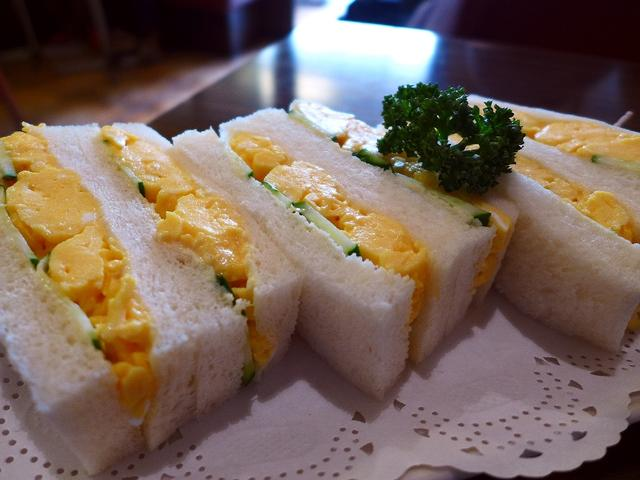画像1: 本日のランチは京都の祇園にある喫茶店「切通し進々堂」に行きました。こちらのお店の玉子サンドが好きで好きで好き過ぎて、京都に行ったついでに久しぶりに食べに行ってきました(^^「玉子サンド」(650円)見た目の派手さこそあり... emunoranchi.com