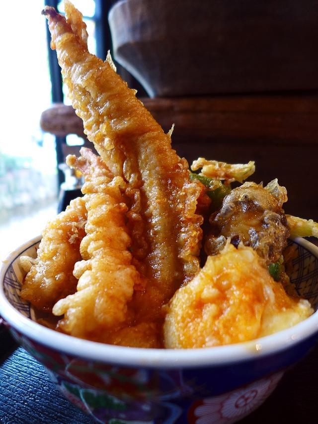 画像1: 本日のランチは京都市下京区にある居酒屋「葱や平吉 高瀬川店」に行きました。すごい天丼が食べられると聞いてずっと行ってみたかったお店で、仕事で京都に行ったついでに食べに行ってきました!天丼が名物なのかと思っていましたが、お... emunoranchi.com