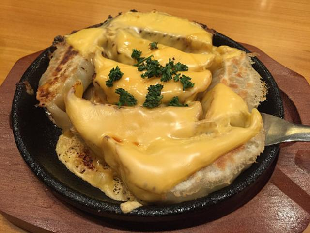 画像: 【本郷三丁目】焼きそばの名店「まるしょう」で食べる熱々チーズ餃子