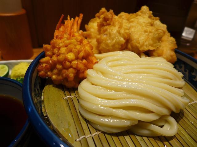 画像1: 本日のランチは梅田にあるうどん屋さん「釜たけ流 うめだ製麺所」に行きました。言わずと知れた、なんばの名店「釜たけうどん」のたけちゃんプロデュースのうどん屋さんです!仕事の関係でお昼にランチに行く時間が全く無く、16時過ぎ... emunoranchi.com