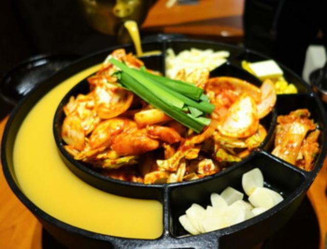 画像: 麻布十番 山本牛臓 激辛!日本初の鍋チーズホットタッカルビ