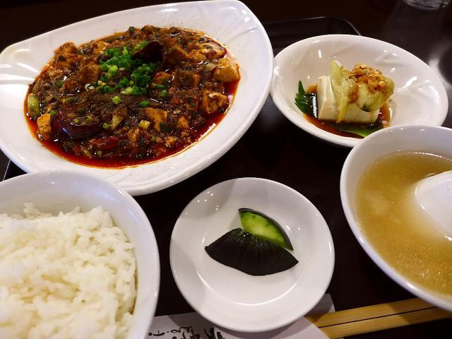 画像1: 本日のランチは江坂にある中華料理のお店「中国菜 老饕(ラオタオ)」に行きました。地元のみならず遠方からもお客さんが来られる大人気のお店で、とても本格的な麻婆豆腐が食べられると教えていただき、初めて行ってきました!ランチメ... emunoranchi.com