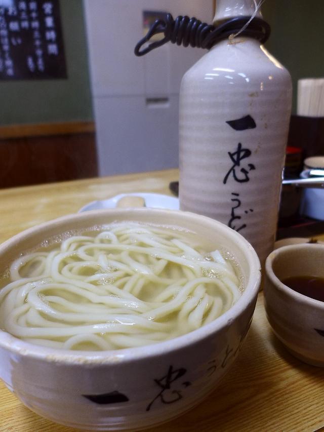 画像1: 本日のランチは八尾市にあるうどん屋さん「釜揚うどん 一忠」に行きました。八尾の宝、大阪の宝、大阪で一番美味しい釜揚げうどんの名店がついに44年間の歴史に幕を閉じることになり、最後のご挨拶にお伺いさせていただきました。昭和... emunoranchi.com