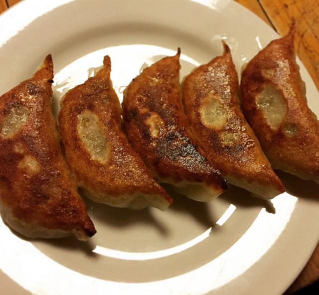 画像: 【神保町】コの字カウンターの老舗酒場「兵六」で食べるパリパリ焼き餃子