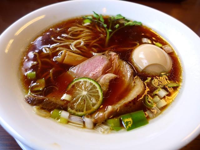 画像1: 本日のランチは枚方市にあるラーメン屋さん「麺麓menroku」に行きました。先月オープンしたばかりの、「紀州鴨」のラーメンが美味しいと評判のお店です!紀州鴨といえば、私の大好きな豊中市の蕎麦と鴨料理の「鼓道」でも使われて... emunoranchi.com