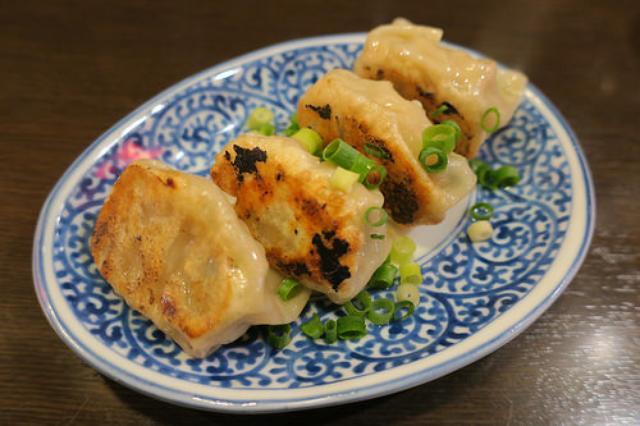 画像: 【青葉台】味噌ダレで食べるモッチリ皮の「青葉餃子」