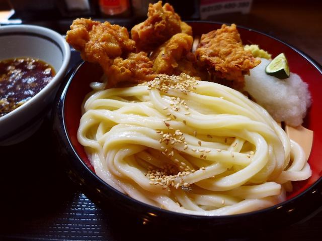 画像1: 本日のランチは神戸三ノ宮にあるうどん屋さん「丸亀製麺 三宮店」に行きました。あまりにも有名すぎる讃岐うどんのチェーン店ですが、実は私は今日初めて行ってきました!日本唐揚協会主催の「からあげグランプリ」で3年連続最高金賞を... emunoranchi.com